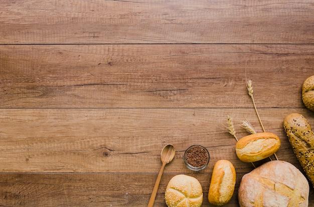 Bodegón de panadería con pan hecho a mano Foto gratis