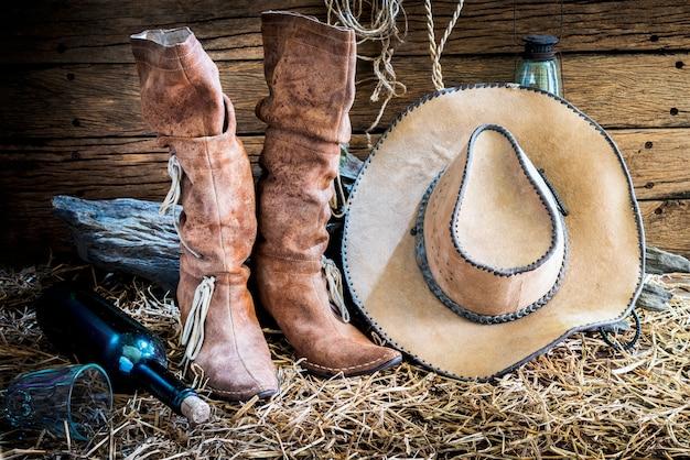 Bodegón con sombrero de vaquero y botas de cuero tradicionales ... 634033e55c5