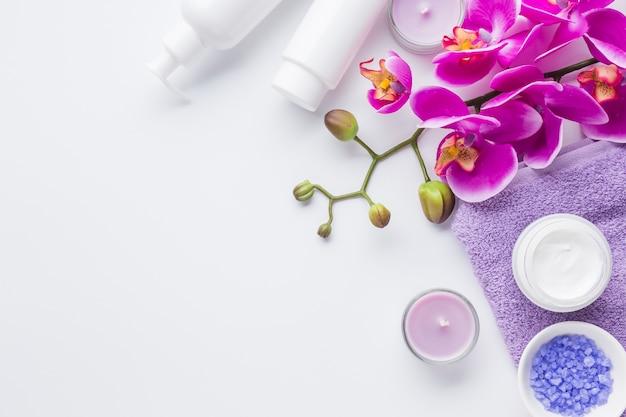 Bodegón de spa con productos de belleza Foto gratis