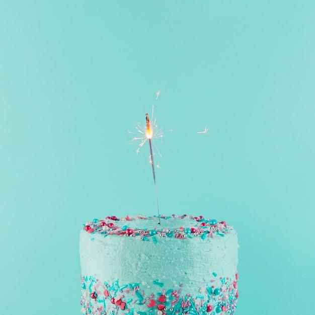 Bodegón de tarta de cumpleaños delicioso Foto gratis