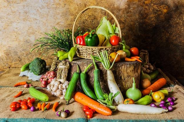 Bodegón verduras, hierbas y frutas. Foto Premium