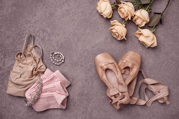 Bodegón vintage con rosas y zapatillas de ballet Foto gratis