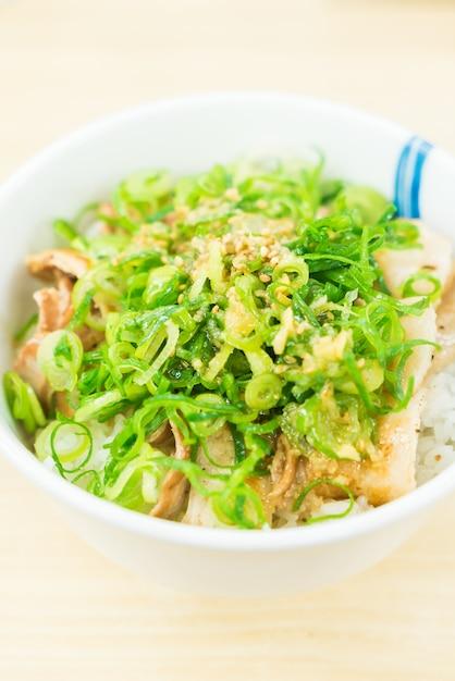 Bol de arroz con cerdo dulce Foto gratis