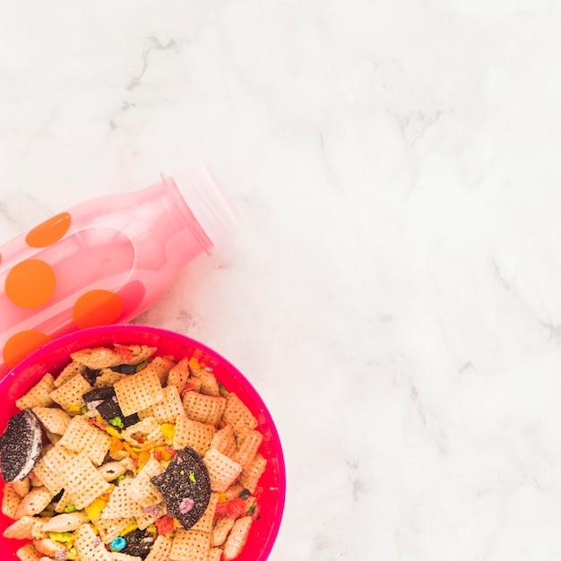 Bol con cereales y biberón. Foto gratis