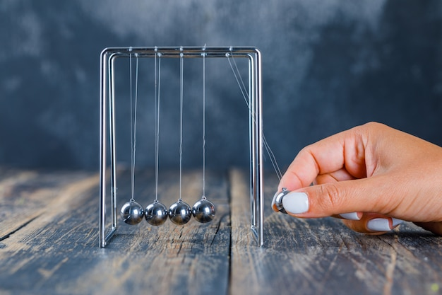 Bola de equilibrio de mano en la cuna de newton Foto gratis