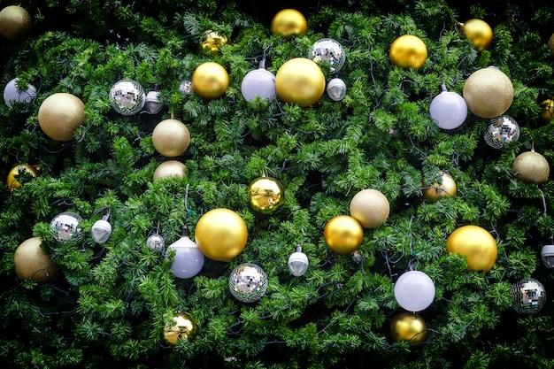 Bola de navidad en el árbol Foto Premium