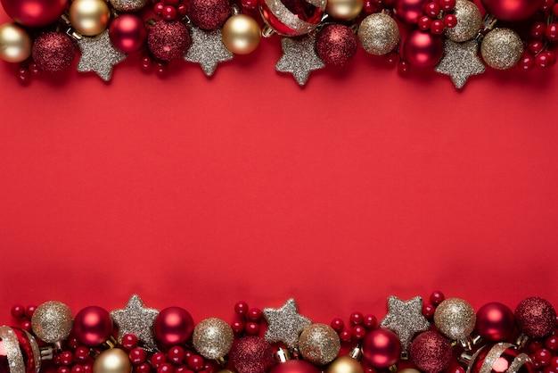 Bolas De Navidad Rojas Sobre Fondo Verde: Bola De Navidad Y Frutos Rojos Sobre Fondo Rojo