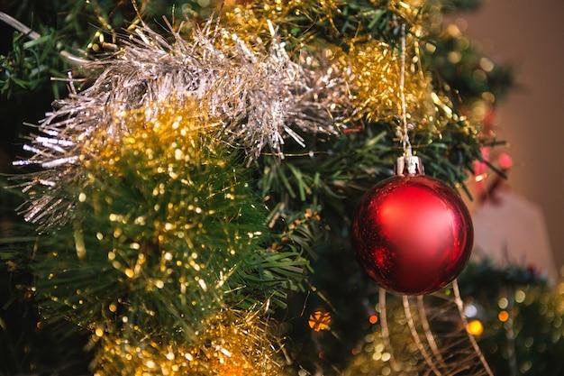 Bola roja colgando de un rbol de navidad descargar - Bolas de arbol de navidad ...