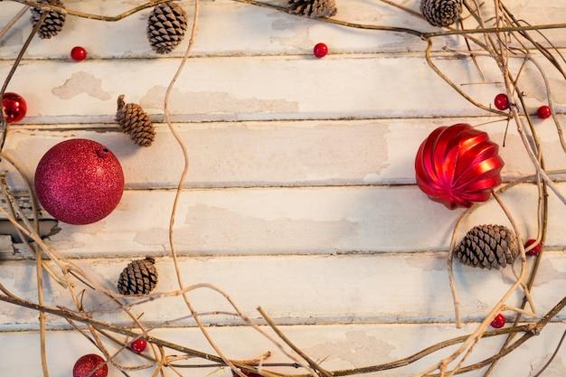 Bola roja de navidad con ramas haciendo un c rculo - Bola de navidad con foto ...