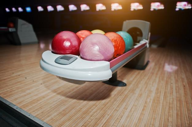 Bolas de boliche en el tazón con luz ultravioleta Foto Premium