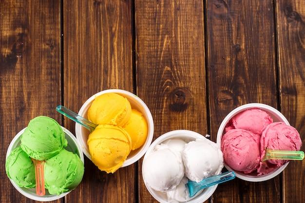 Bolas coloridas del helado en tazas. Foto Premium