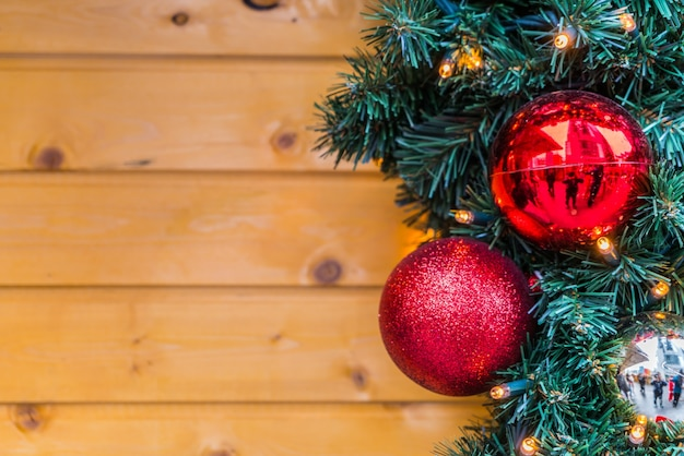 Bolas de navidad con un fondo de madera descargar fotos - Bola de navidad con foto ...