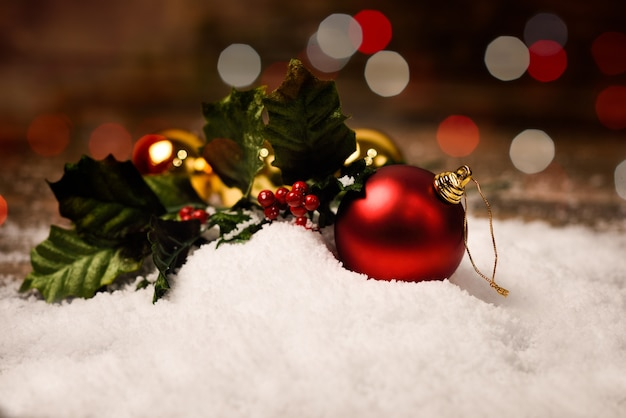 Bolas de navidad en la nieve con bokeh y fondo rojo - Bola de navidad con foto ...
