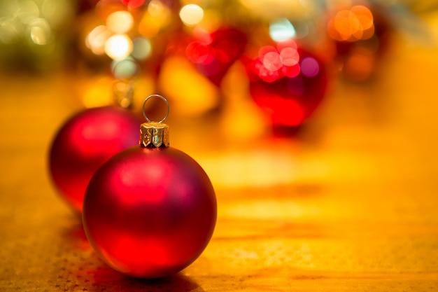 Bolas De Navidad Rojas Sobre Fondo Verde: Bolas De Navidad Rojo Sobre Un Fondo De Oro