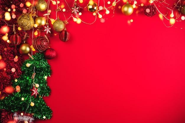 Bolas de decoración navideña y adornos sobre fondo abstracto bokeh con espacio de copia. tarjeta de felicitación de fondo de vacaciones para navidad y año nuevo. feliz navidad Foto Premium