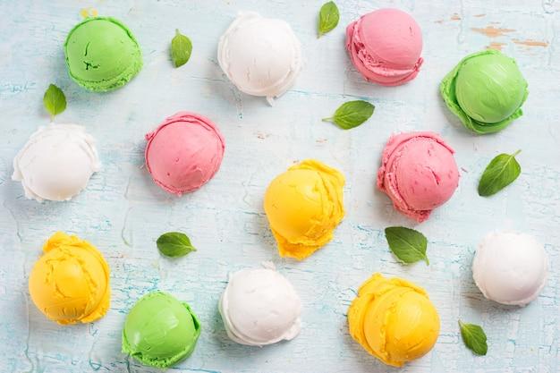 Bolas de helado de colores. Foto Premium