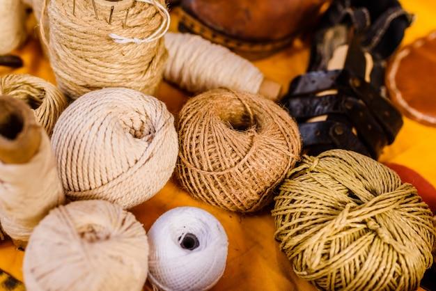 Bolas de hilo, lana y cuerda de colores tierra. Foto Premium