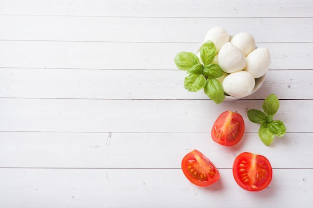 Bolas de mozzarella y albahaca en el plato, enfoque selectivo copiar espacio Foto Premium