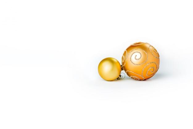 Bolas de navidad oro aisladas Foto gratis