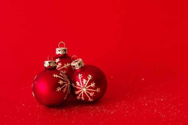 Bolas De Navidad Rojas Sobre Fondo Verde: Bolas De Navidad Sobre Fondo Rojo