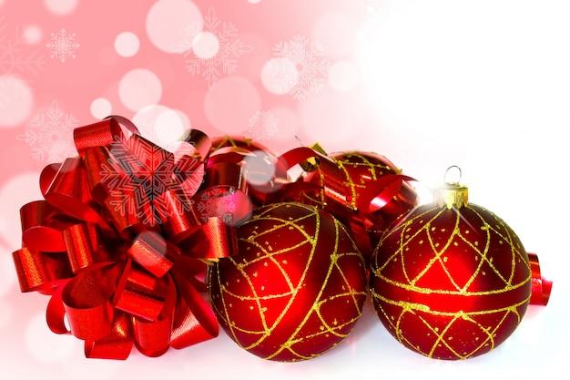 Bolas rojas de navidad con un lazo al lado descargar - Bolas de navidad rojas ...