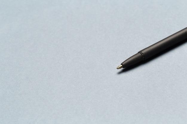 Bolígrafo que muestra comunicación contáctenos o envíe un mensaje por correo electrónico sobre gris Foto Premium
