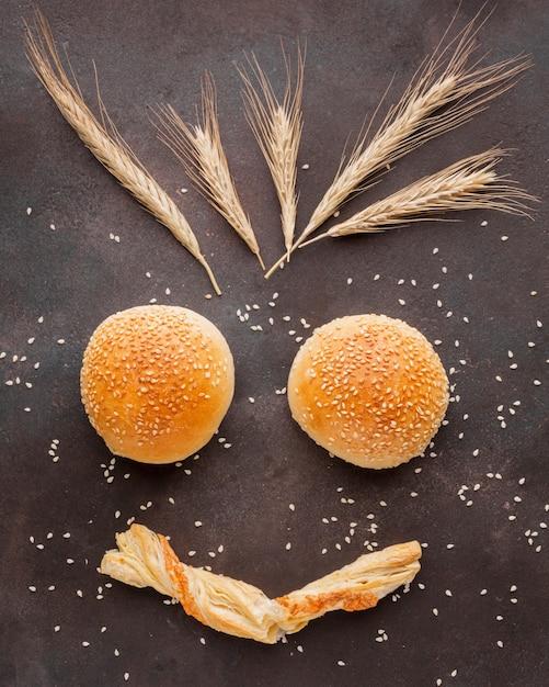 Bollos artísticos con semillas de sésamo Foto gratis