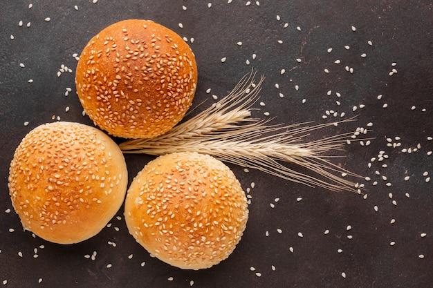 Bollos de pan con semillas de trigo Foto gratis