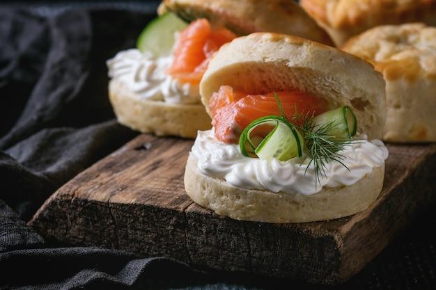 Bollos de queso con salmón Foto Premium