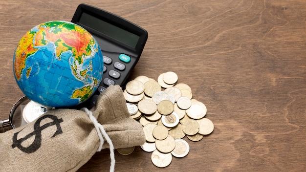 Bolsa de arpillera de dinero economía global Foto Premium