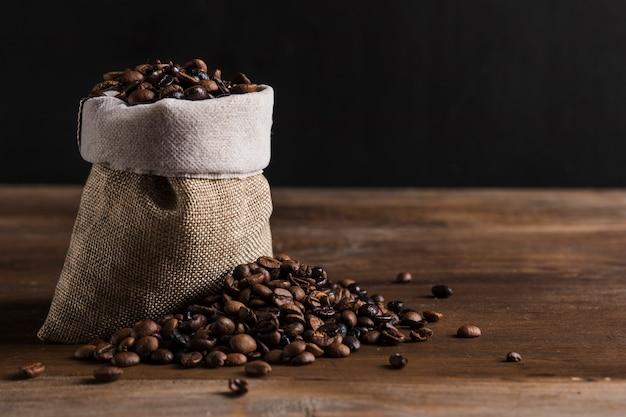Bolsa con granos de café. Foto gratis