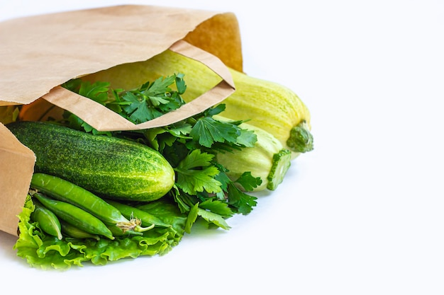 Bolsa de papel con diferentes vegetales verdes saludables Foto Premium