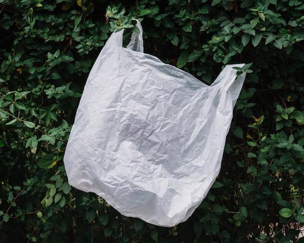 Bolsa de plástico blanco en la naturaleza Foto gratis