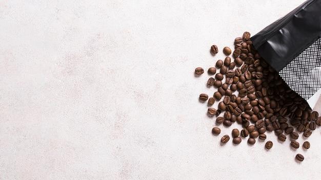 Bolsa de plástico llena de granos de café Foto gratis