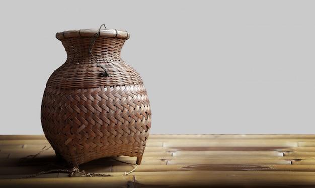Bolsa de ratán tejida para pescar en la cultura rural tailandesa Foto Premium