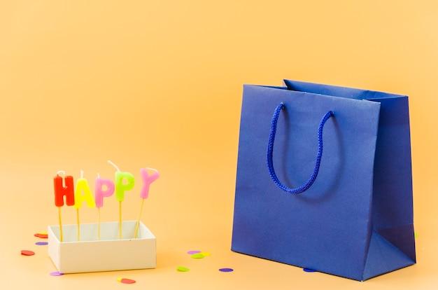 Bolsa de regalo de cumpleaños con velas Foto gratis