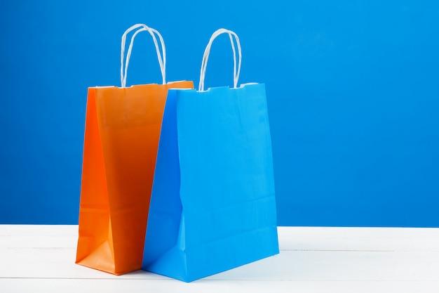 Bolsas De Papel Con Copia Espacio Sobre Fondo Azul Foto
