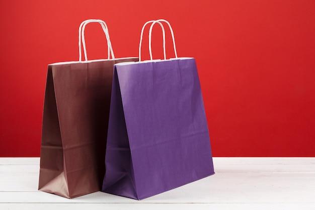 Bolsas De Papel Con Copia Espacio Sobre Fondo Rojo Foto