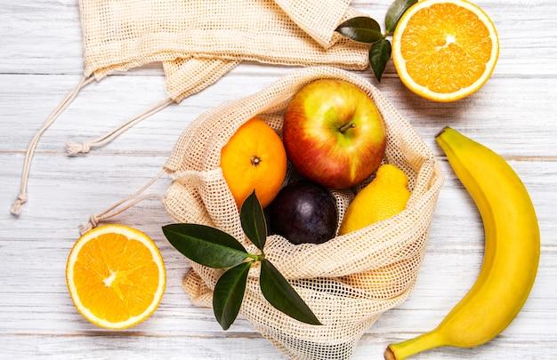 Bolso de compras de malla con frutas Foto Premium