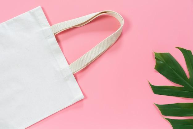 Bolso de tela de lona blanco. mockup de compras de tela con espacio de copia. Foto Premium