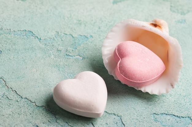Bombas de baño rosa en forma de corazón Foto Premium