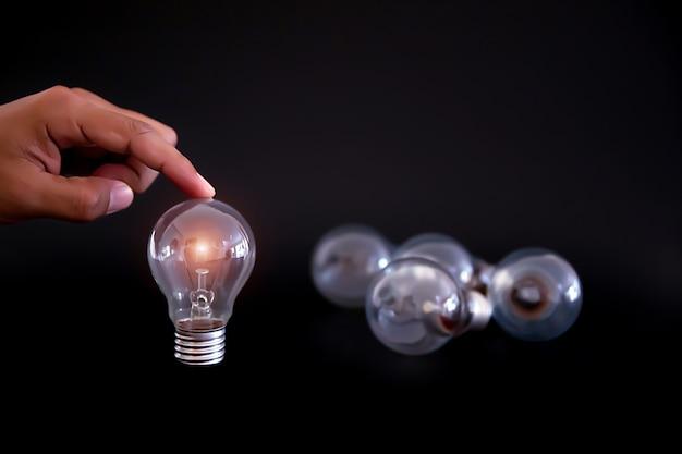 Bombilla para creatividad, lluvia de ideas y conocimiento concepto de negocio. Foto Premium