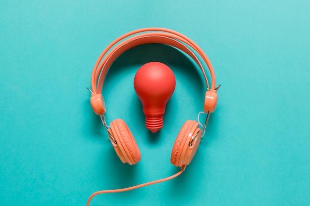 Bombilla roja y auriculares naranja. Foto gratis