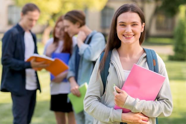 Bonita adolescente feliz de volver a la universidad Foto gratis