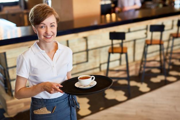 Bonita camarera en el trabajo Foto gratis