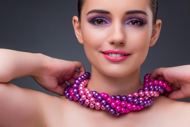 Bonita mujer con collar de perlas. Foto Premium