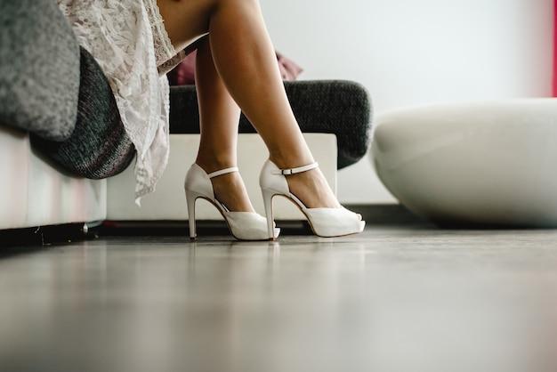 163791a2e32d Bonita mujer en lencería poniéndose unos tacones altos en sus bonitas  piernas largas. | Descargar Fotos premium