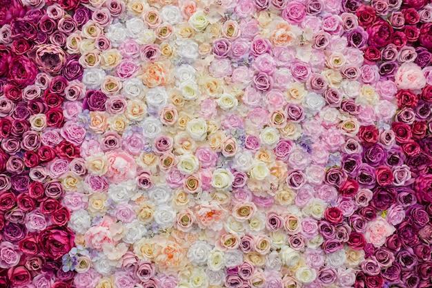 Bonita pared decorada con rosas. Foto gratis