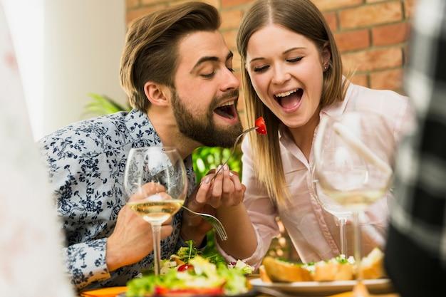 Bonita pareja divirtiéndose juntos Foto gratis