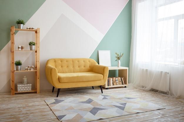 Bonita sala de estar con sofá, alfombra, planta verde en la estantería. Foto Premium